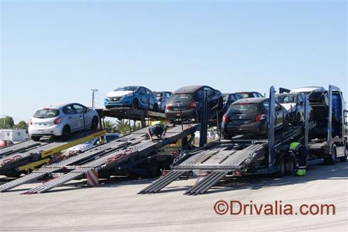 Unloading Drivalia's new 208s.